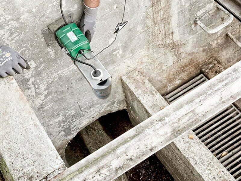 DanovaLog® og niveaumåler monteres på væghængt, rustfrit beslag.